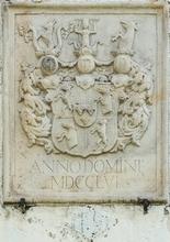 Das Wappenrelief existiert auch heute noch in Maria Saal